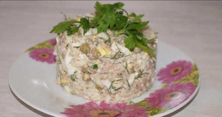 Сытный и простой салат 🥝 из консервированной сайры