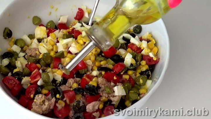 поливаем салат маслом