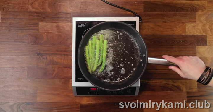 выкладываем спаржу в сковородку