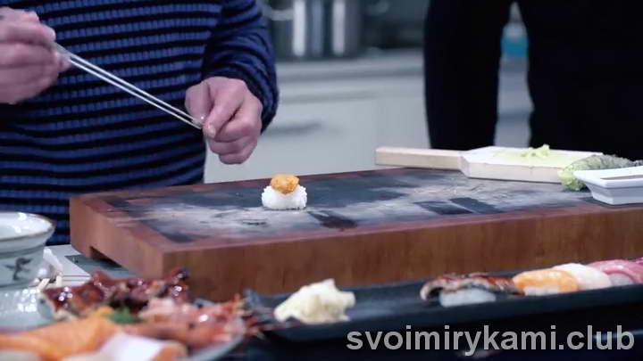 формируем шар риса с морепродуктами