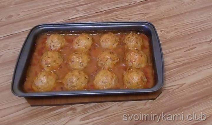 Тефтели с рисом в томатном соусе готовы