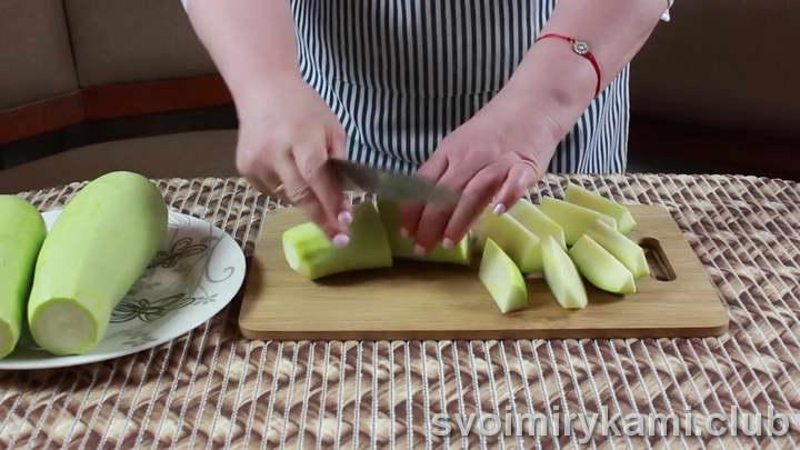 нарезаем кабачки на крупные кусочки