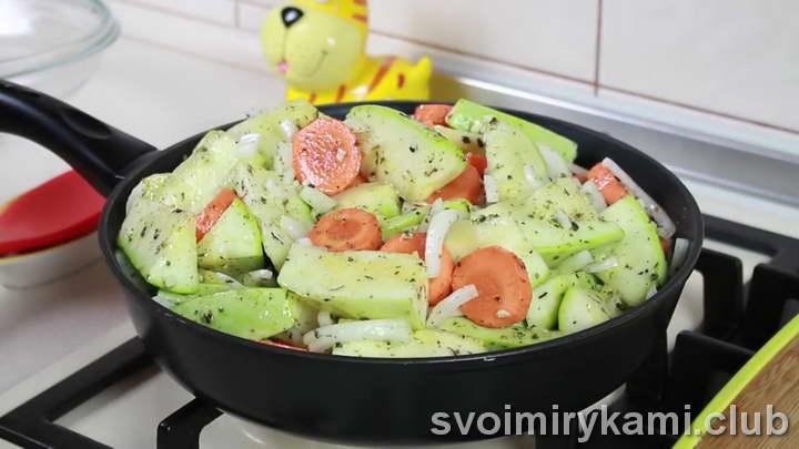 отправляем овощи в сковородку