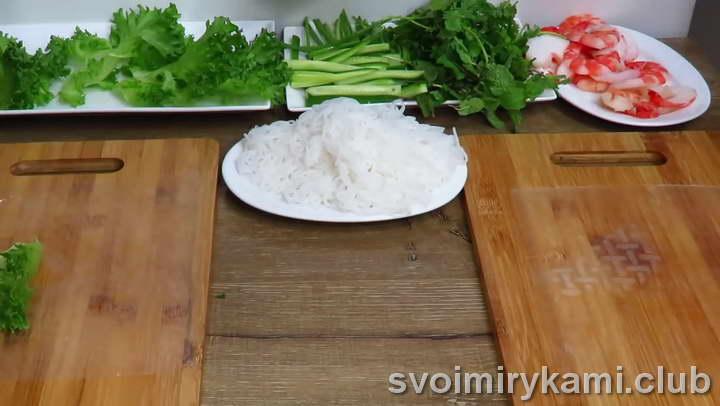 выкладываем рисовый лист на доску