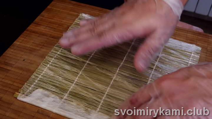 выкладываем лист нори на бамбуковый коврик
