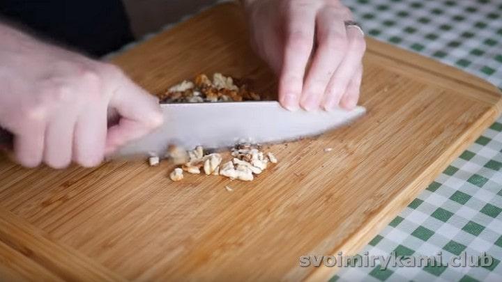 Рубим ножом грецкие орехи.