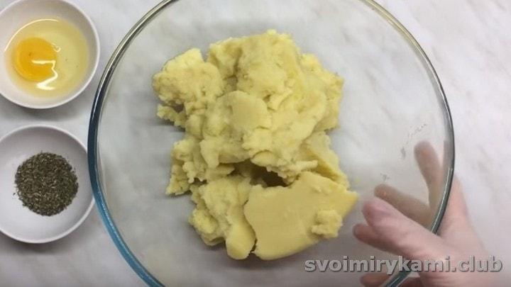 Картофельное пюре выкладываем во вместительную миску.