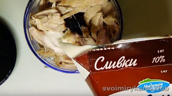 Разделяем на волокна куриное филе, выкладываем в чашу блендера и добавляем сливки.