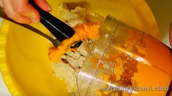 Морковную массу перекладываем в миску к куриной.