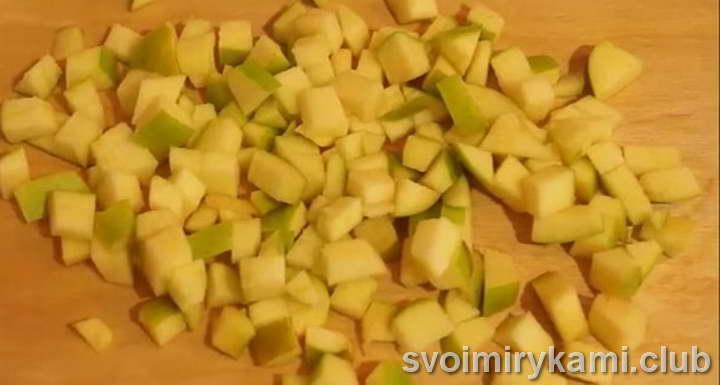 мелко нарезаем яблоки