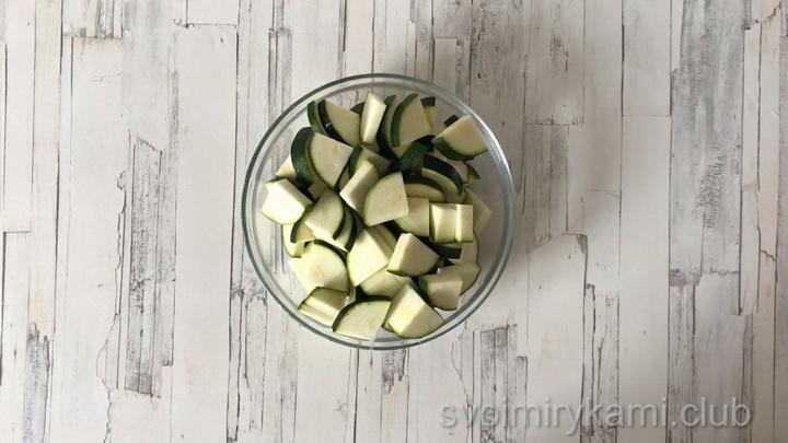 Нарежьте кабачок