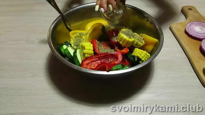 заливаем овощи маслом и специями