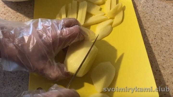 Картофель чистим и нарезаем брусочками.
