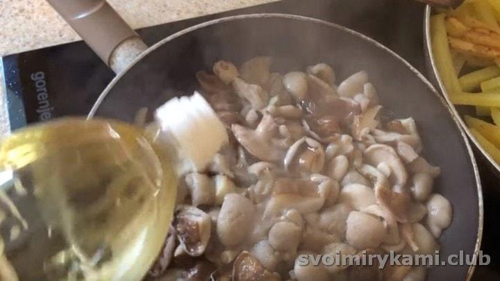 К грибам добавляем немного растительного масла, тоже солим.