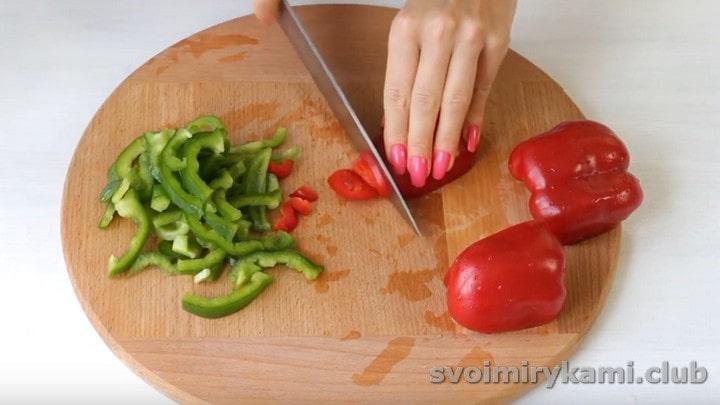 Нарезаем соломкой сладкий перец.