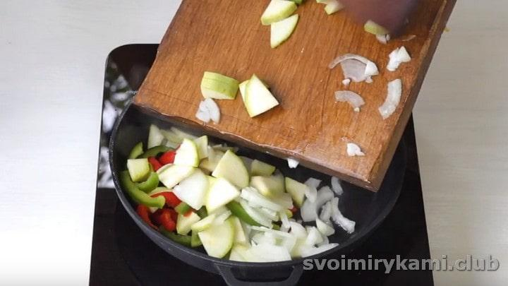 выкладываем все овощи в разогретое масло.