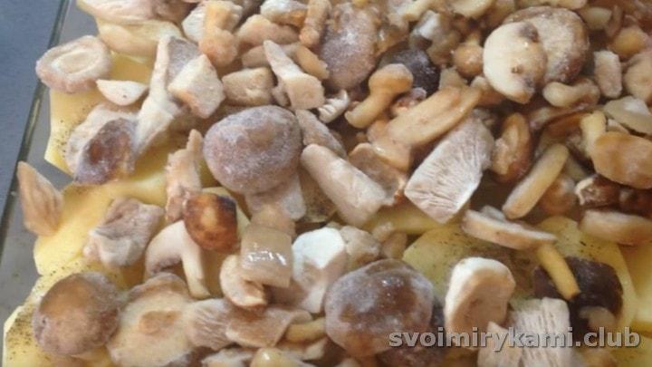 Поверх картошки раскладываем грибы.