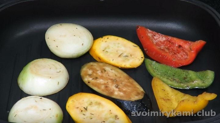 Обжариваем овощи на сковороде гриль с обеих сторон.