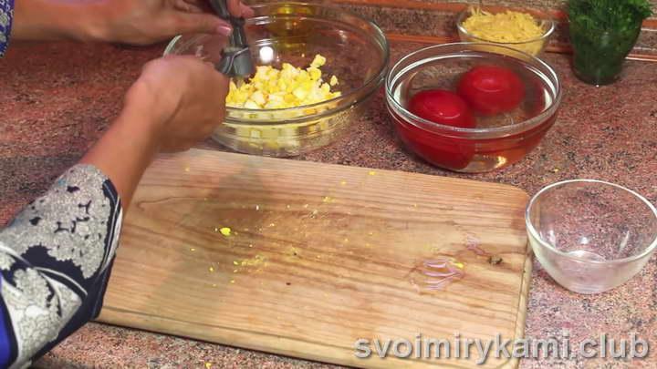 добавляем к яйцам чеснок