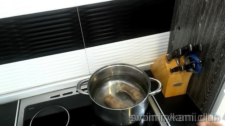проварите колбасу