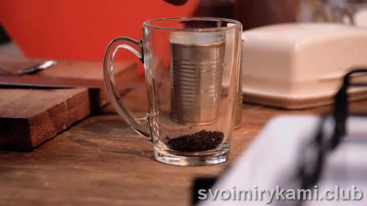 высыпаем черный чай в чашку