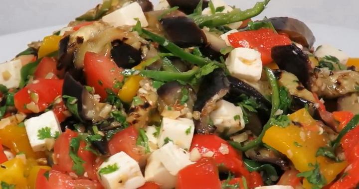 Чудесный салат с баклажанами 🥝, помидорами и перцем