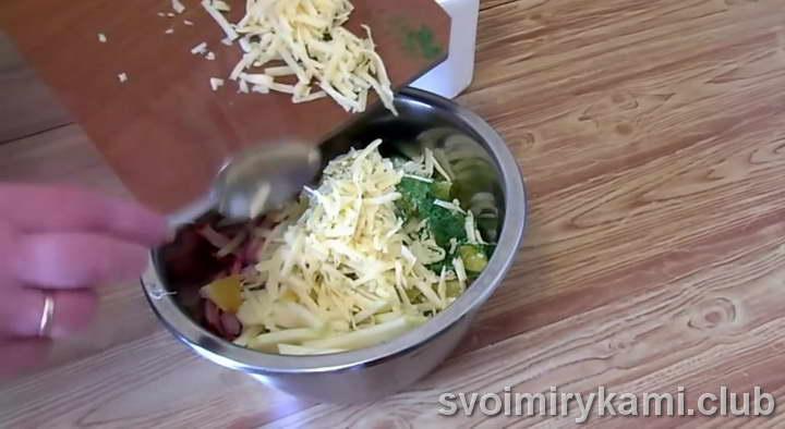 выкладываем ингредиенты в миску