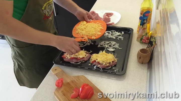 выкладываем на лук мясо с сыром и помидорами
