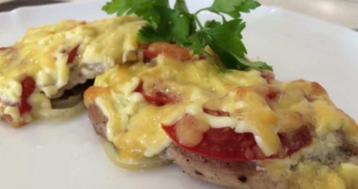 Нежная свинина в духовке 🥝 с помидорами и сыром