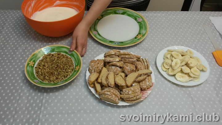нарезаем пряники и орехи