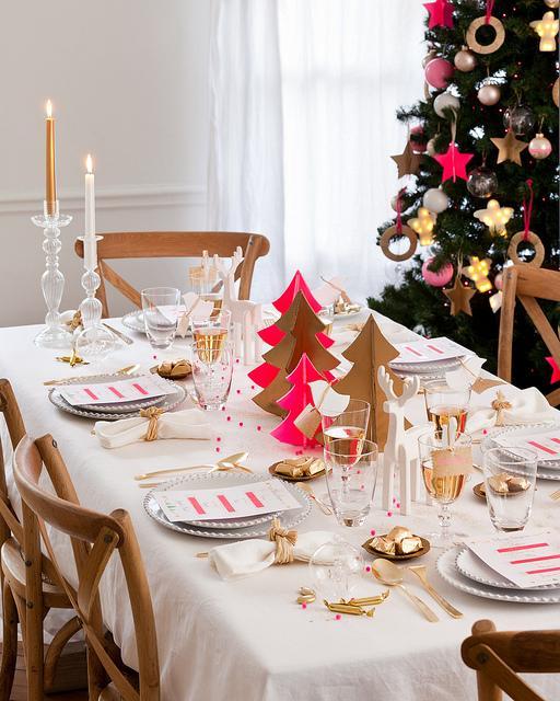 Как красиво украсить праздничный стол