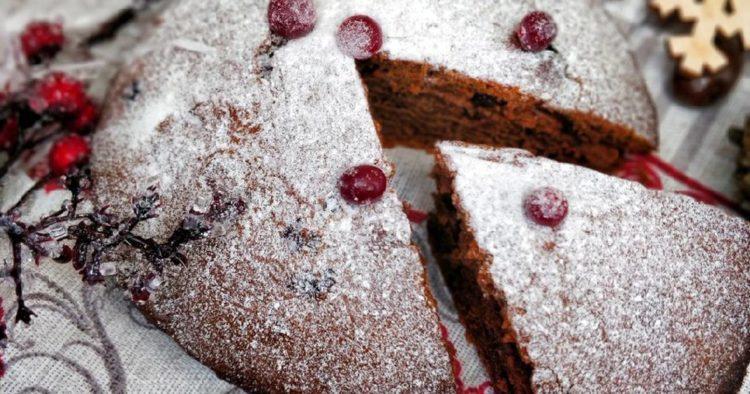 Медово-шоколадный пирог с корицей и брусникой в мультиварке